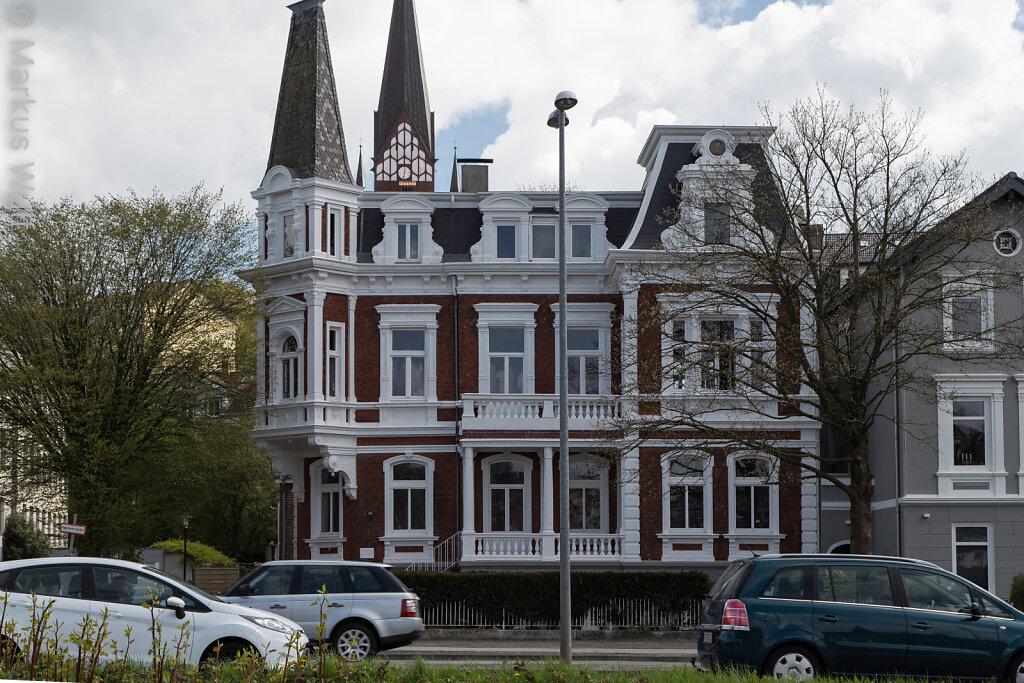 Schönes Haus, unschöne Blechhaufen